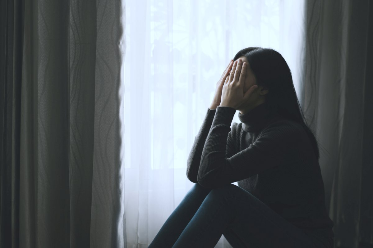 woman dealing with anxiety and depression | Does Everyone Have Anxiety: What Is Normal? | does everyone have anxiety | what does anxiety feel like