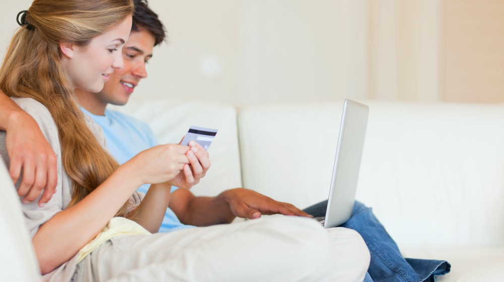 couple sitting on sofa and shopping online | Healthy Eating Tips This Winter [INFOGRAPHIC] | healthy eating tips winter | winter meal